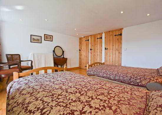 Curlew Cottage self catering holiday cottage accommodation twin bedded room en suite bath,  handbasin and w.c..